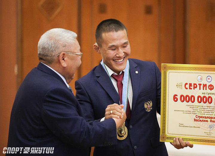 Егор Борисов вручил борцу Василию Стрекаловскому Орден «Полярная звезда»