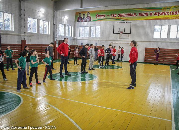 Борец Олег Чернов провел «Зарядку с чемпионом» для детей-сирот