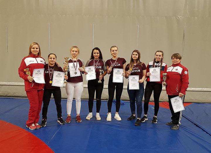 Девушки DISVS выиграли 9 медалей на чемпионате Латвии по борьбе