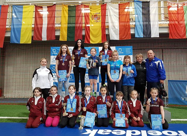 Девушки DISVS удачно стартовали на турнире по женской борьбе в Вильнюсе