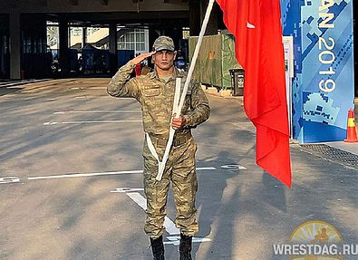 Таха Акгуль в роли знаменосца сборной Турции на Играх военных