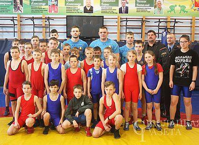 В Свислочи мастера спорта провели мастер-класс по вольной борьбе