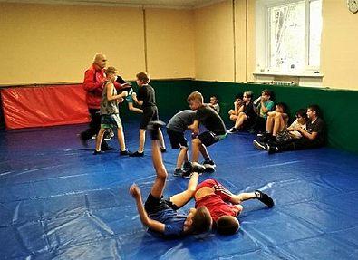 Юные запорожские борцы и боксеры получили новый спортинвентарь