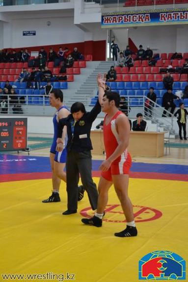 В казахстане борьбой занимаются около 30 тысяч человек, боксом - около 20 тысяч
