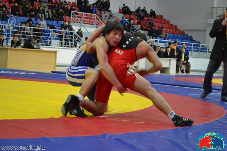 Как рассказал спортсмен, за его плечами советская школа борьбы, он шестикратный чемпион казахстана